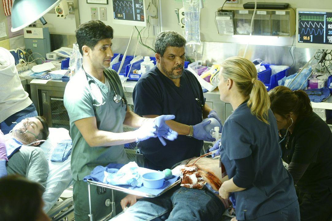 Versuchen alles, um einen Patienten zu retten: Jesse (Luis Guzman, 2.v.l.), Leanne (Marcia Gay Harden, r.), Neal (Raza Jaffrey, l.) und Christa (Bon... - Bildquelle: Monty Brinton 2015 ABC Studios
