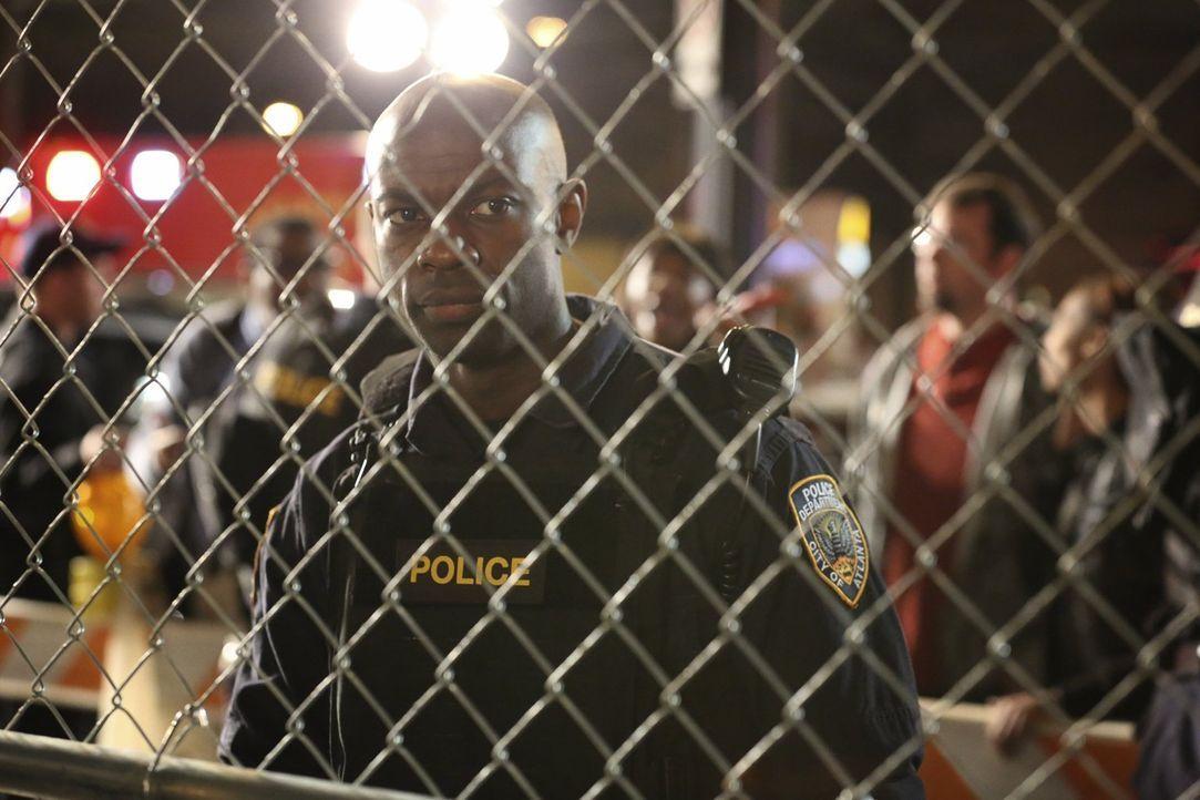 """Noch glaubt Major Alex """"Lex"""" Carnahan (David Gyasi), dass die Quarantäne, welche von der Regierung über seinen Bezirk verhängt wird, auf kurze Zeit... - Bildquelle: Warner Brothers"""