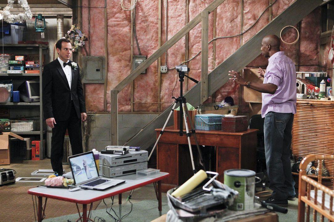 Ein Entschuldigungsvideo soll den Beliebtheitsstatus von Nathan (Will Arnett, l.) bei seinen Eltern steigern. Ray (J.B. Smoove, r.) steht als profes... - Bildquelle: 2013 CBS Broadcasting, Inc. All Rights Reserved.