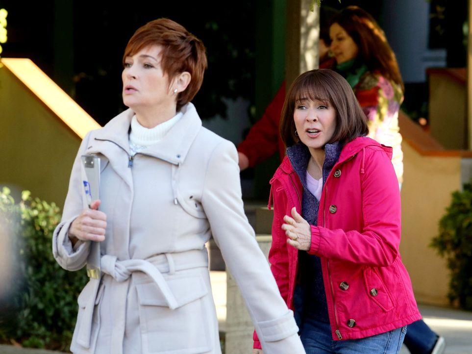 Als Frankie (Patricia Heaton, r.) erfährt, dass Brick eine Klassenfahrt nach Chicago machen wird, gerät sie in Panik. Denn Brick könnte auf der Reis... - Bildquelle: Warner Brothers