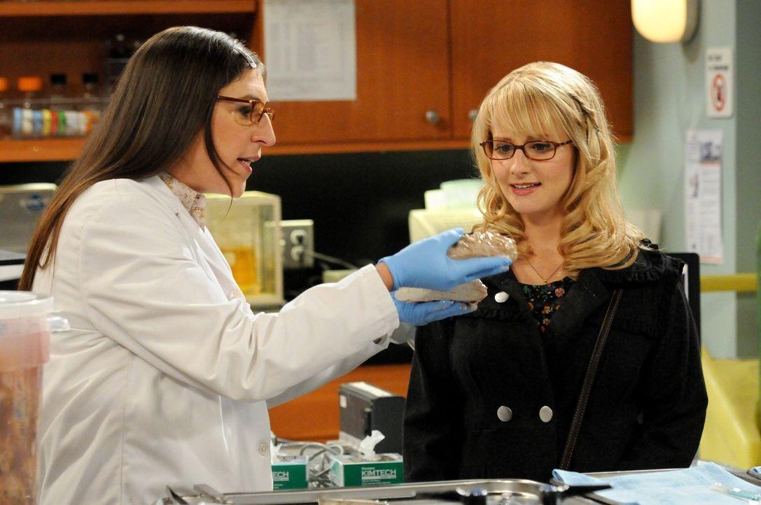 Als Amy (Mayim Bialik, l.) mit den Jungs in der Cafeteria Mittag isst, erfährt sie zufällig, dass Bernadette (Melissa Rauch, r.) und Penny ohne si... - Bildquelle: Warner Bros. Television