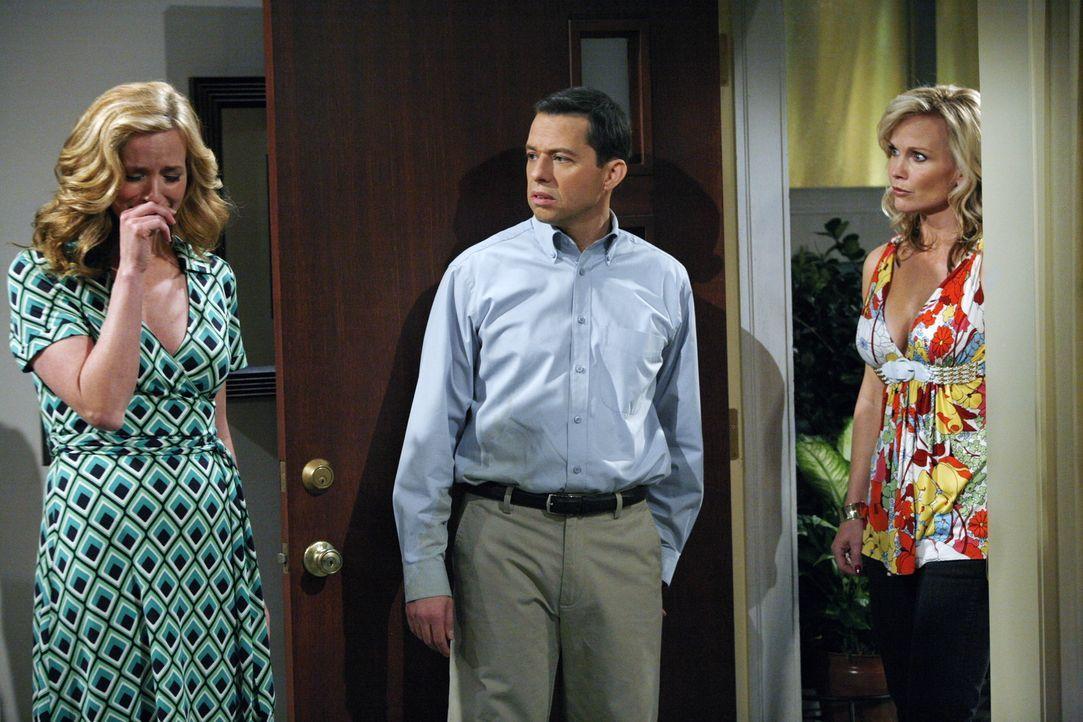 Alan (Jon Cryer, M.) hat soeben die Beziehung mit Donna (Kimberly Quinn, l.) beendet, weil sie ihm zu langweilig geworden ist, als plötzlich Georgi... - Bildquelle: Warner Brothers Entertainment Inc.