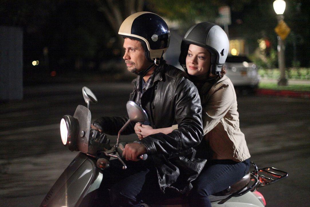 George (Jeremy Sisto, l.) holt Tessa (Jane Levy, r.) mal wieder zu spät ab. Daraufhin beschließt Tessa sich einen Job zu suchen, um Geld für ein... - Bildquelle: Warner Brothers