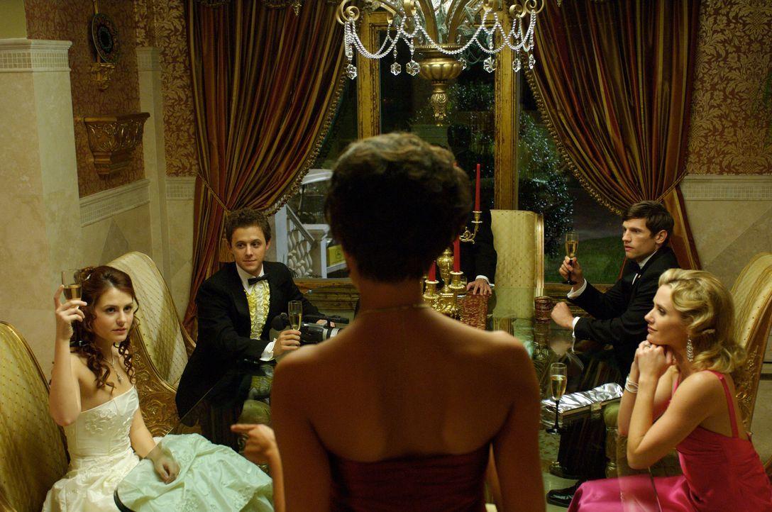 Jedes Jahr am 1. April feiert die reiche Desiree Cartier (Taylor Cole, vorne) in ihrer luxuriösen Südstaatenvilla begehrte Debütantinnenparties.... - Bildquelle: 2008 360 Pictures LLC. All Rights Reserved.