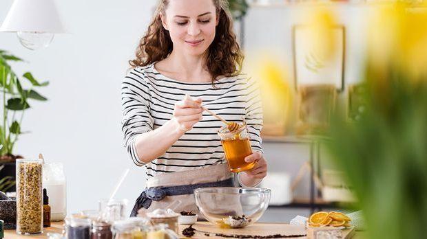 Mit Honig lassen sich ganz einfach und schnell pflegende Gesichtsmasken selbe...