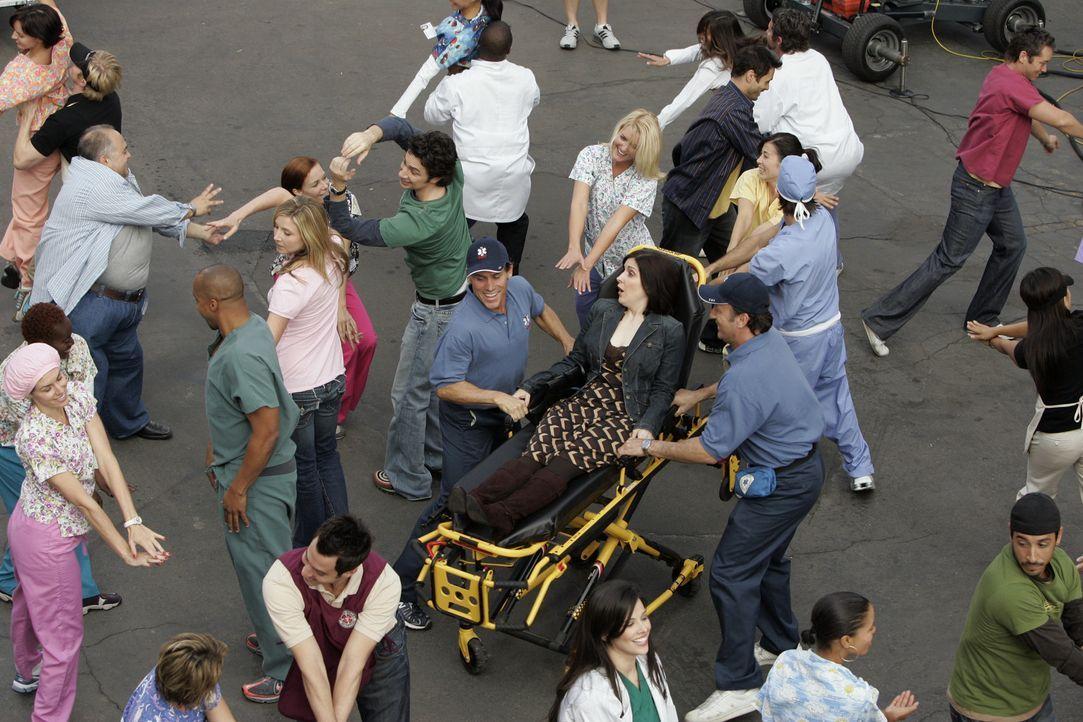 Das Sacred Heart hat eine Patientin (Stephanie D'Abruzzo, liegend), die sich vorkommt, als wäre sie in einem Musical, denn alle Menschen um sie her... - Bildquelle: Touchstone Television