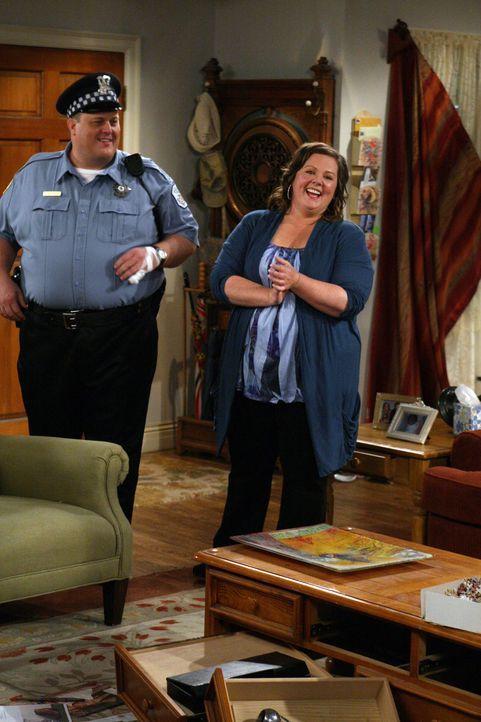 Wird Mike Biggs (Billy Gardell, l.) endlich seinen Mut zusammennehmen und Molly (Melissa McCarthy, r.) zu einem Date einladen? - Bildquelle: 2010 CBS Broadcasting Inc. All Rights Reserved.