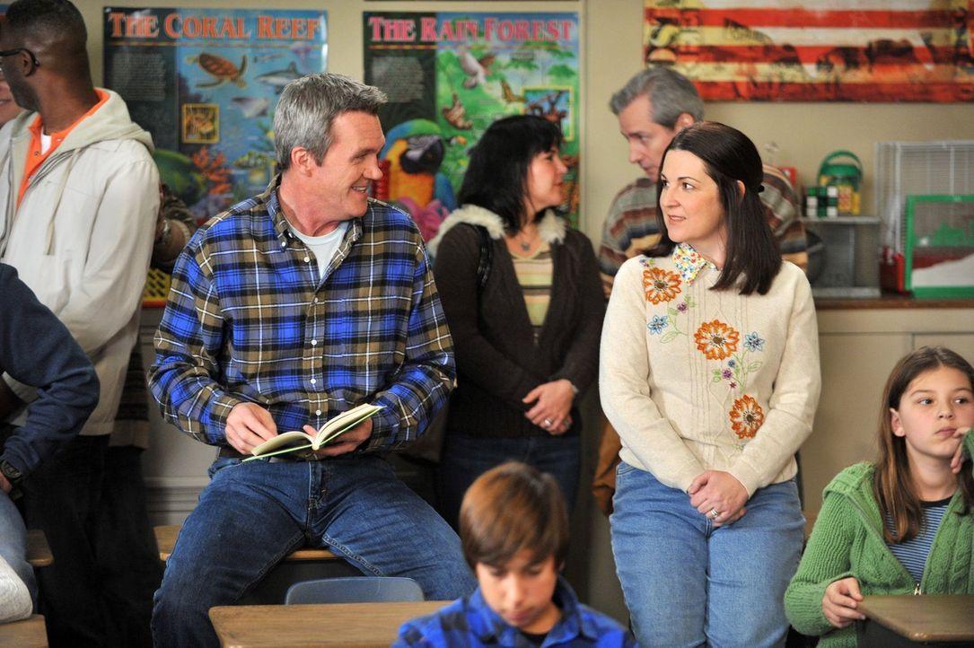 Mike (Neil Flynn, l.) ist der festen Überzeugung, dass sein Sohn Brick den Buchstabierwettbewerb der Schule gewinnen kann und betont das auch gegenü... - Bildquelle: Warner Brothers