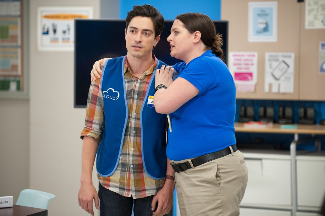 Dina (Lauren Ash, r.) nimmt Jonah (Ben Feldman, l.) in Schutz. Er ist verwirrt - ist er jetzt Täter oder Opfer? - Bildquelle: Colleen Hayes 2015 Universal Television LLC. ALL RIGHTS RESERVED. / Colleen Hayes