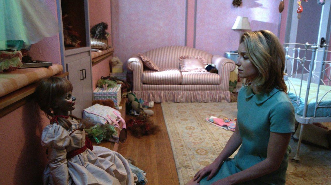 Verzweifelt fleht Mia (Annabelle Wallis) die Puppe an, ihr ihr Baby wiederzugeben. Doch der Dämon ist dazu nur bereit, wenn sie im Gegenzug ihr eige... - Bildquelle: 2014 Warner Brothers