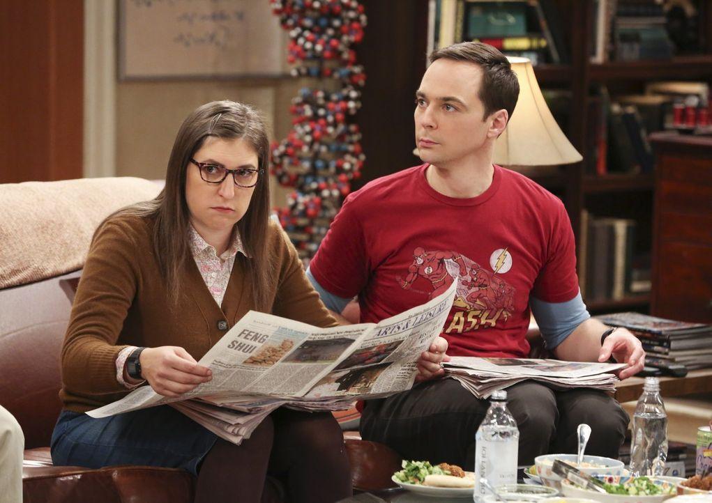 Amy (Mayim Bialik, l.) gibt Sheldon (Jim Parsons, r.) den Tipp, sich neu auszurichten, als er einfach kein interessantes wissenschaftliches Thema zu... - Bildquelle: Warner Bros. Television