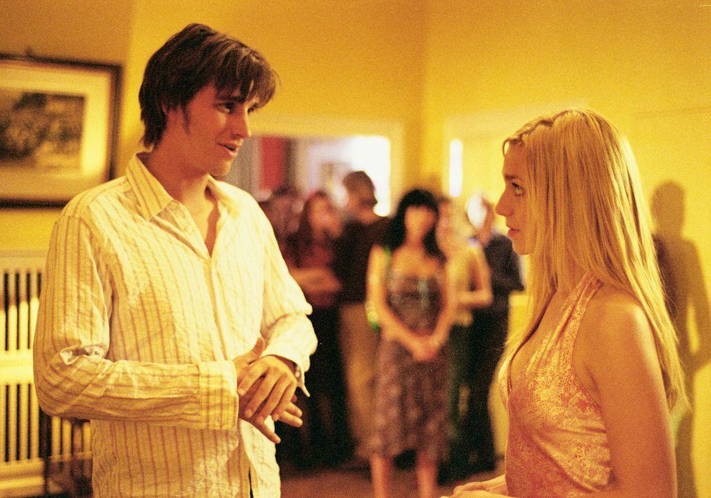 Als Thomas (Max von Thun, l.) von Denise (Julia Dietze, r.) zu ihrer Geburtstagsparty eingeladen wird, hofft er, seiner Traumfrau endlich näher kom... - Bildquelle: Lucia Fuster ProSieben