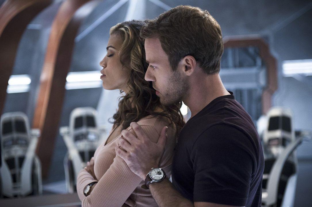 Kendra alias Hawkgirl (Ciara Renée, l.) und Carter alias Hawkman (Falk Hentschel, r.) müssen ihre Beziehung zueinander ausloten, während Dr. Stein a... - Bildquelle: 2015 Warner Bros.