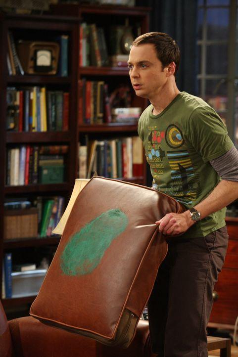 Penny schießt versehentlich mit dem Paintballgewehr und trifft ausgerechnet das Kissen auf Sheldons (Jim Parsons) geheiligtem Platz auf der Couch.... - Bildquelle: Warner Bros. Television