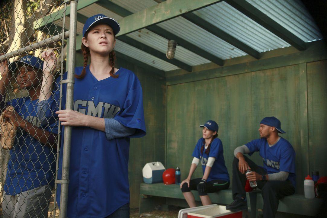 Während Jackson (Jesse Williams, r.) bemerkt, dass Lexie (Chyler Leigh, 2.v.r.) immer noch auf Mark steht, bekommt April (Sarah Drew, 2.v.l.) die C... - Bildquelle: ABC Studios