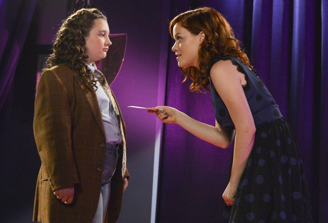 Tessa (Jane Levy, r.) entdeckt ihre soziale Ader: Um ein Zeichen zu setzen, nimmt sie sich einer Außenseiterin (Edie Mothersbaugh, l.) an und unters... - Bildquelle: Warner Brothers
