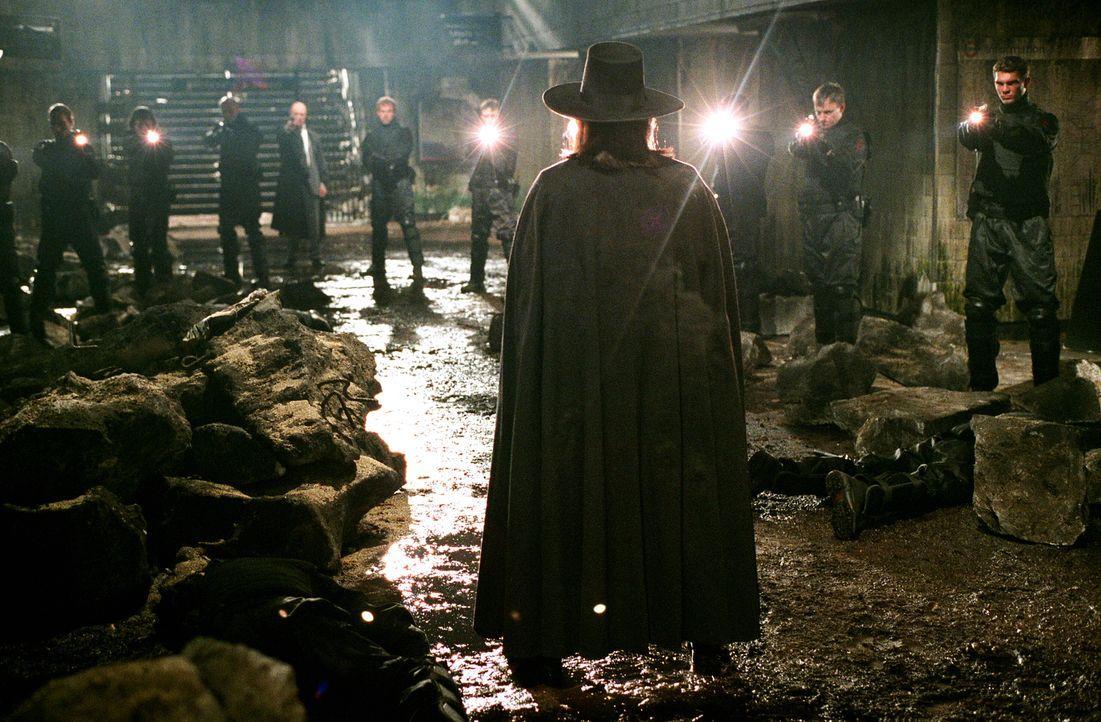 Vendetta (Hugo Weyving, vorne) tritt stets mit einer Guy-Fawkes-Maske in Erscheinung. Genauso wie sein großes Vorbild kämpft auch er für die Freihei... - Bildquelle: Warner Bros. Pictures