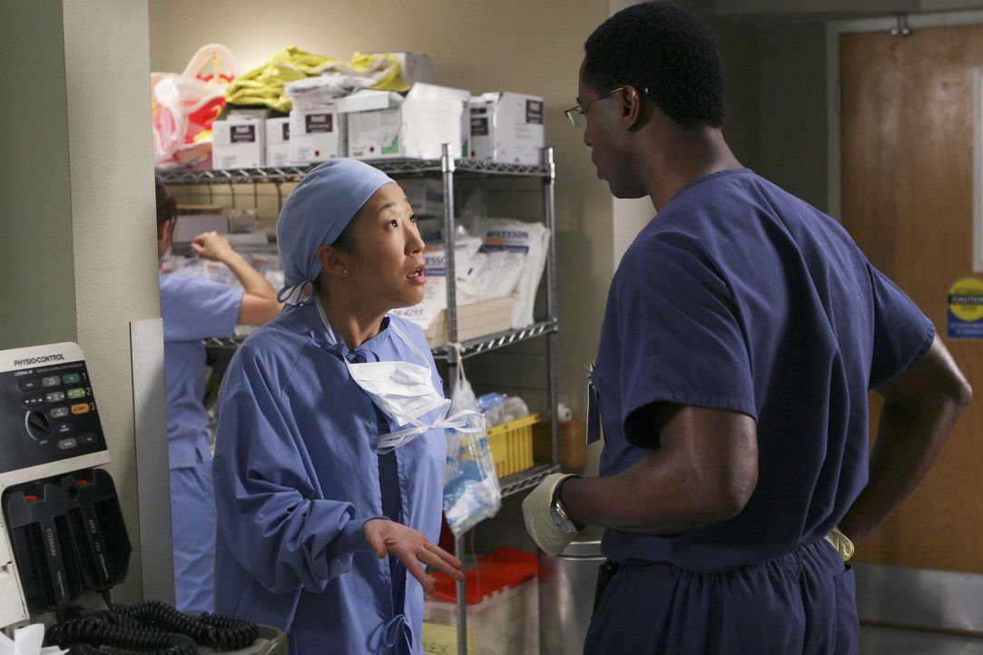Sind sich nicht ganz einig: Cristina (Sandra Oh, l.) und Dr. Burke (Isaiah Washington, r.) ... - Bildquelle: Michael Desmond 2005 ABC Inc. All Rights Reserved. NO ARCHIVING. NO RESALE.