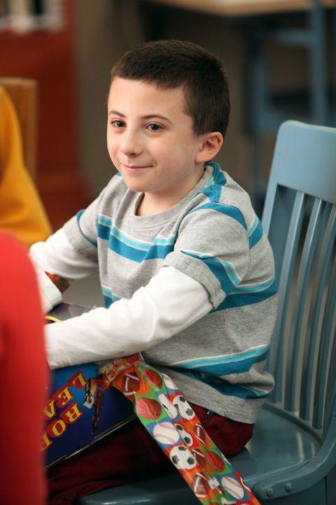 Zum Geburtstag wünscht sich Brick (Atticus Shaffer), dass seine Eltern ihm endlich die wahre Geschichte seiner Geburt erzählen, das war bis jetzt nä... - Bildquelle: Warner Brothers