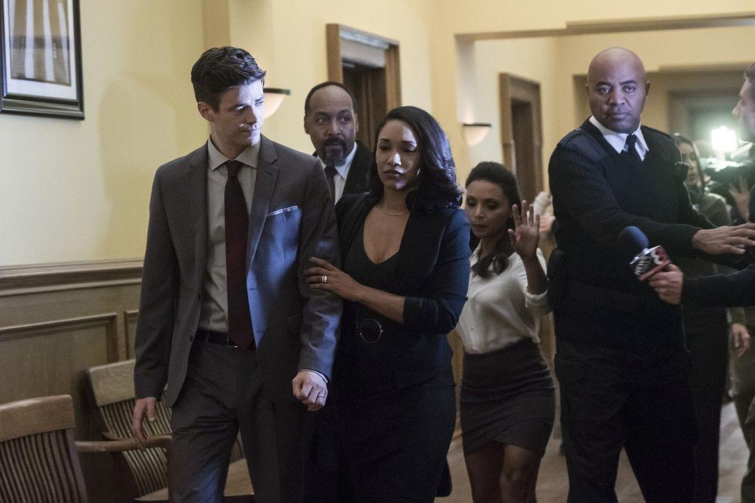 Während den Verhandlungen wegen des angeblichen Mordes an DeVoe müssen Joe (Jesse L. Martin, 2.v.l.), Iris (Candice Patton, M.) und Cecile (Danielle... - Bildquelle: 2017 Warner Bros.