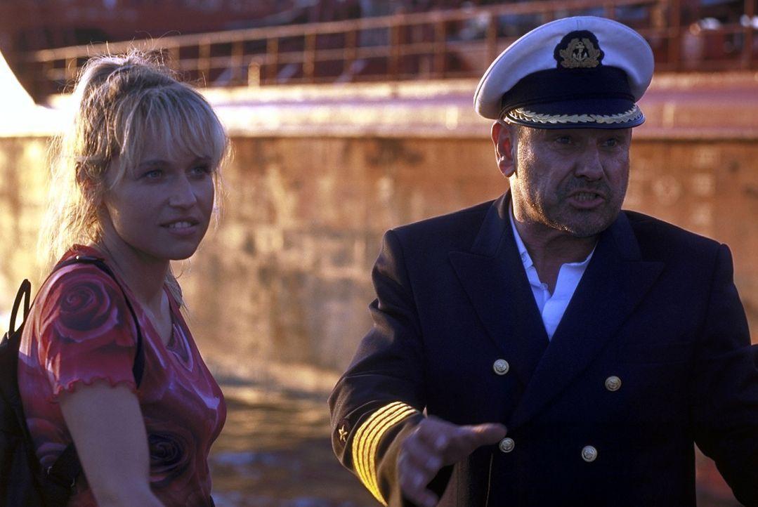 """Kaum an Bord lernt """"Kapitän Harris"""" (Klaus Löwitsch, r.) die neue Bordköchin Suzanne (Anica Dobra, l.) kennen und schätzen. Doch ihre wirkliche... - Bildquelle: ProSieben"""