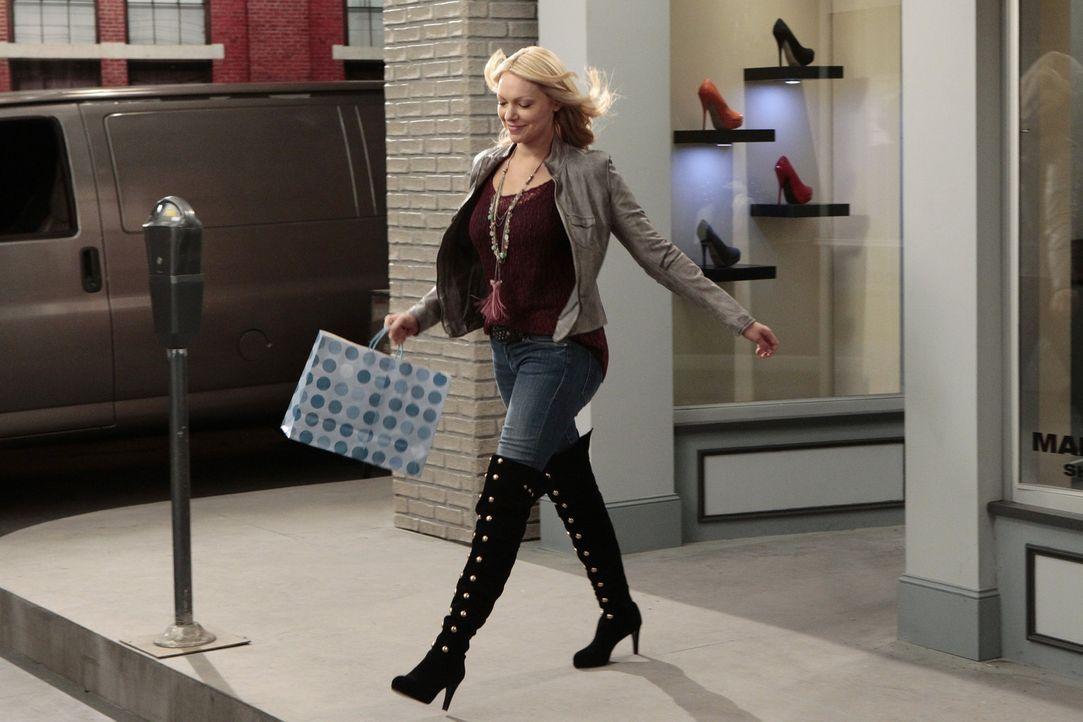 Verliebt sich in ein paar Stiefel: Chelsea (Laura Prepon) ... - Bildquelle: Warner Bros. Television