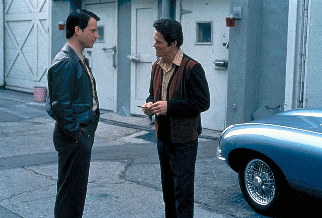 Ahnt nicht, dass sein neuer Freund John Carpenter (Willem Dafoe, r.) bisexuell ist und es auf ihn abgesehen hat: Bob Crane (Greg Kinnear, l.) ... - Bildquelle: 2003 Sony Pictures Television International