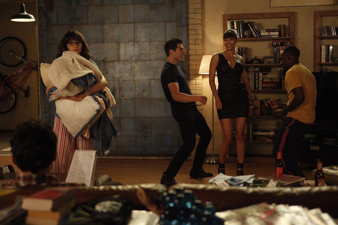 Während Schmidt (Max Greenfield, M.) und Winston (Lamorne Morris, r.) alles versuchen um bei Cece (Hannah Simone, 2.v.r.) landen zu können, ist si... - Bildquelle: 20th Century Fox
