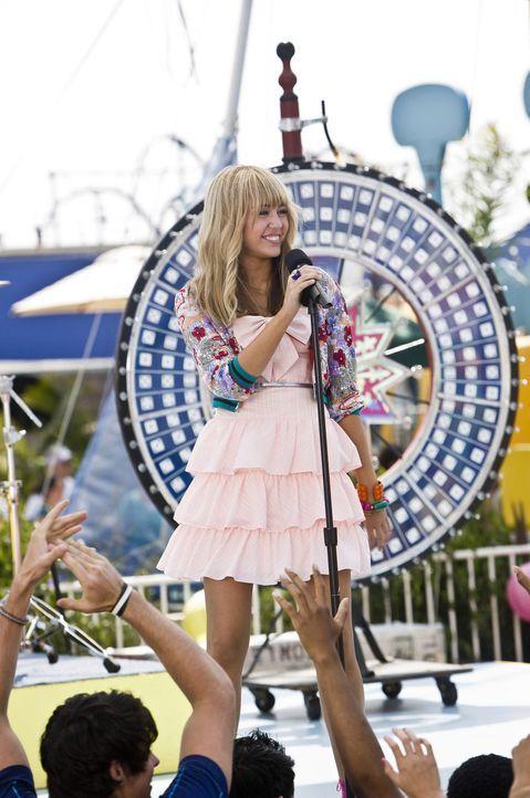 Als der süßen Miley Stewart (Miley Cyrus) der Erfolg ihres rockenden Alter Egos, Hannah Montana, zu Kopf steigt und sie zudem auch noch den 16. Ge... - Bildquelle: Sam Emerson Walt Disney Pictures.  All Rights Reserved