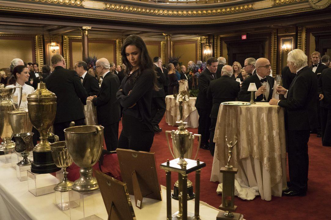 Nachdem ein Verschwörungstheoretiker ermordet wurde, wagen Cameron und Kay (Ilfenesh Hadera) einen Blick in eine Geheimgesellschaft und einer von ih... - Bildquelle: Warner Bros.