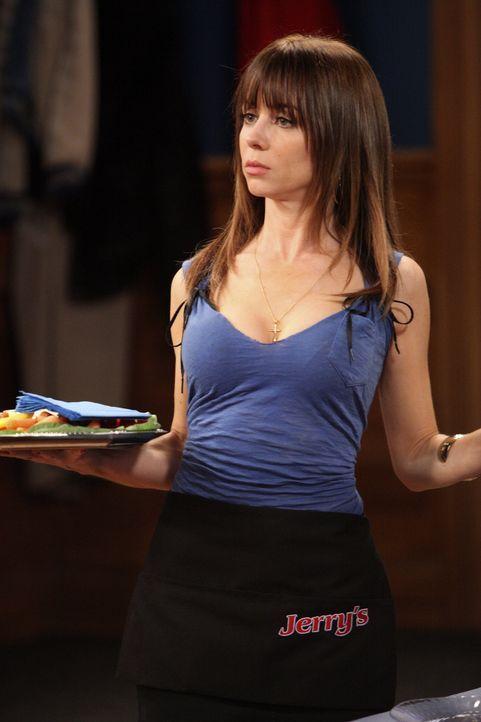 Geht ihren Kollegen mit ihrer Art bald auf die Nerven: Nikki (Natasha Leggero) ... - Bildquelle: Warner Brothers