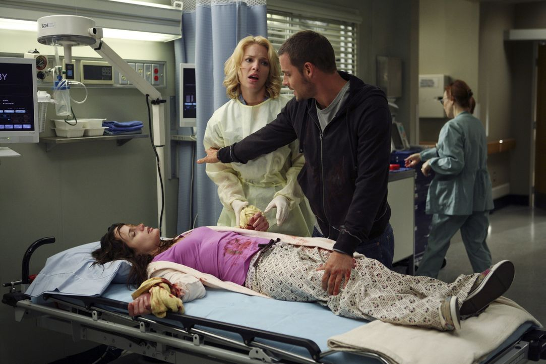 Izzie (Katherine Heigl, M.) versucht Alex (Justin Chambers, r.) was Rebecca (Elizabeth Reaser,  r.) betrifft zu helfen, doch Alex will diese Hilfe a... - Bildquelle: Randy Holmes Touchstone Television