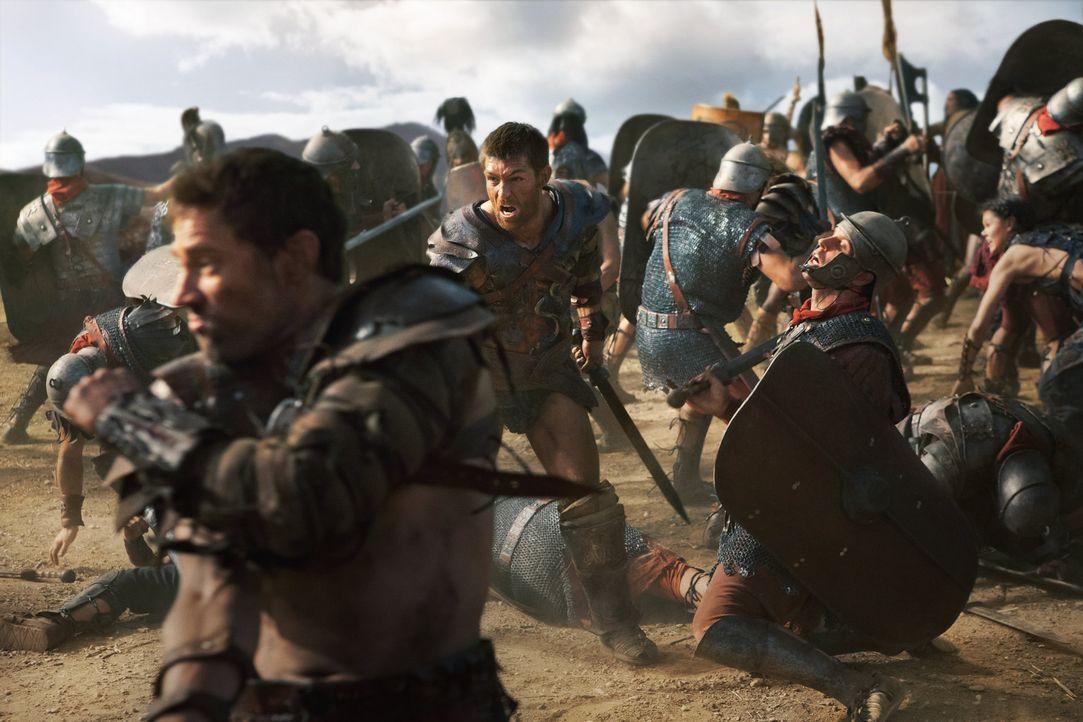 Mit etlichen Tricks gelingt es Spartacus (Liam McIntyre, M.) zunächst, die Feinde zu schwächen. Doch dann schickt Crassus immer mehr Legionen gegen... - Bildquelle: 2012 Starz Entertainment, LLC. All rights reserved.