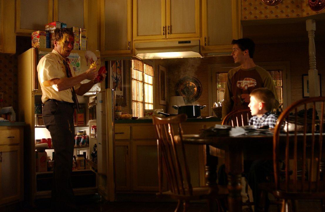 Dewey (Erik Per Sullivan, r.) und Reese (Justin Berfield, M.) haben ziemlich viel Spaß mit ihrem Vater Hal (Bryan Cranston, l.) ... - Bildquelle: TM &   2005 - 2006 Twentieth Century Fox Film Corporation and Regency Entertainment (USA), Inc.
