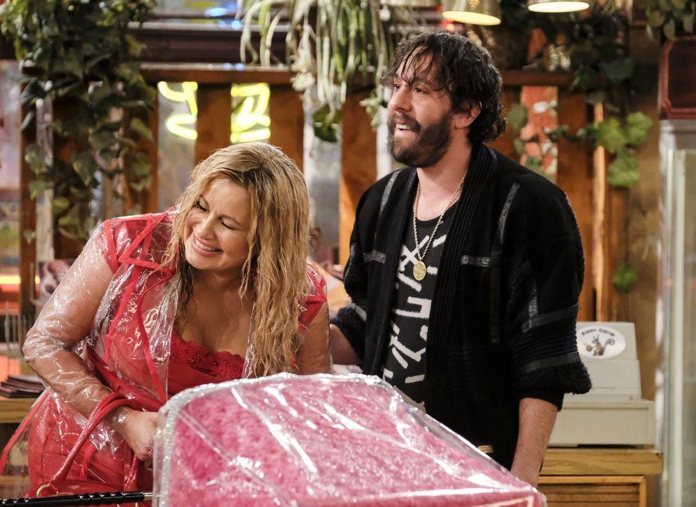 Als ein Unwetter New York erreicht macht sich Oleg (Jonathan Kite, r.) Sorgen um Sophie (Jennifer Coolidge, l.) - schließlich turnt sie schlechtes W... - Bildquelle: Warner Bros. Television