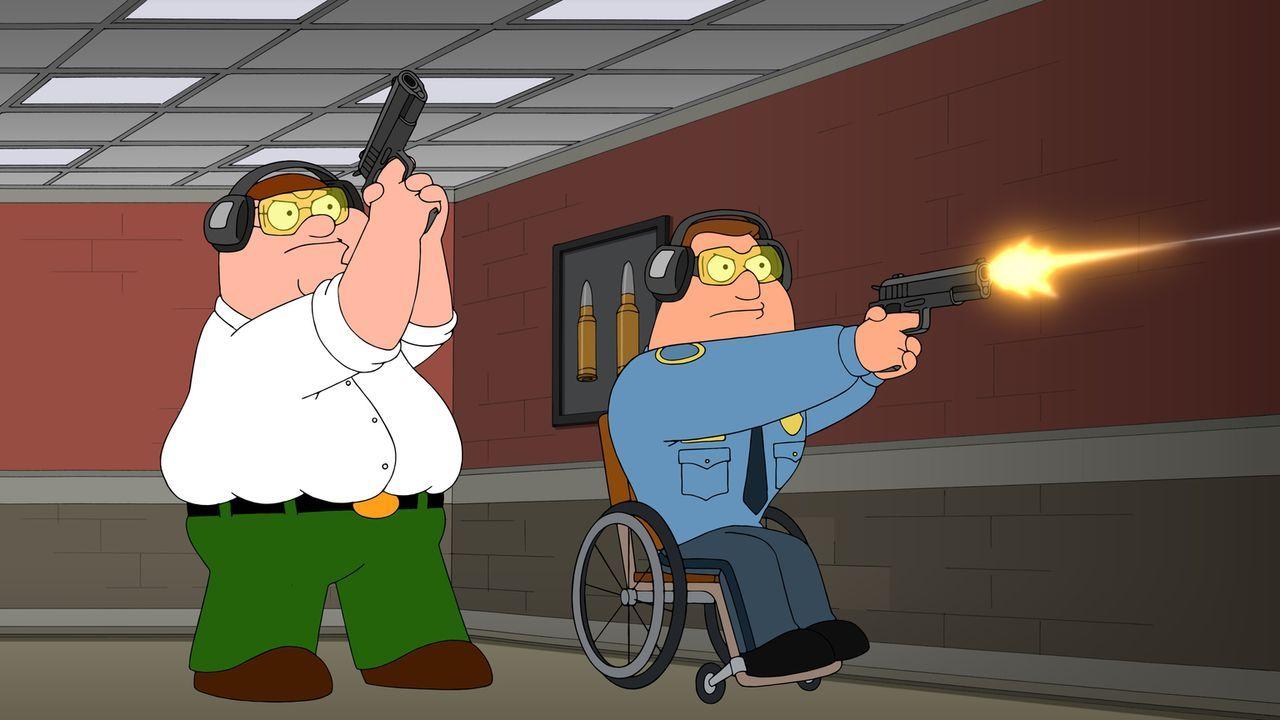 Nachdem Peter (l.) mit Joe (r.) überraschend in einen Polizeieinsatz gerät und zum Erstaunen seines Freundes Mut an der Waffe beweist, nimmt ihn Joe... - Bildquelle: 2016-2017 Fox and its related entities.  All rights reserved.