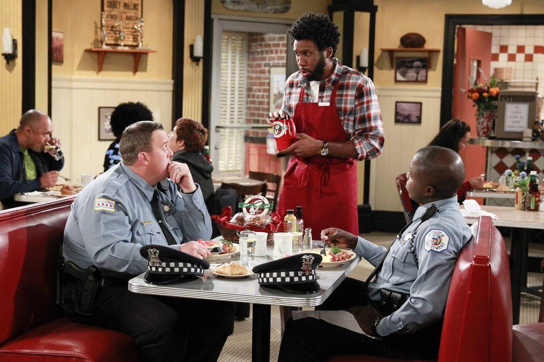 Nachdem Mike (Billy Gardell, l.) Joyce verhaftet hat, bekommt er den Rat von Carl (Reno Wilson, r.) und Samuel (Nyambi Nyambi, M.), sich bei ihr zu... - Bildquelle: Warner Brothers
