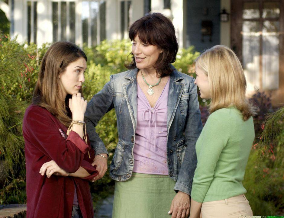 Naomi (Katey Sagal, M.) versucht, ihrer Tochter Violet (Christy Carlson Romano, l.) und Cornelia (Keri Lynn Pratt, r.) zu helfen, den Schikanen an d... - Bildquelle: Buena Vista International Television