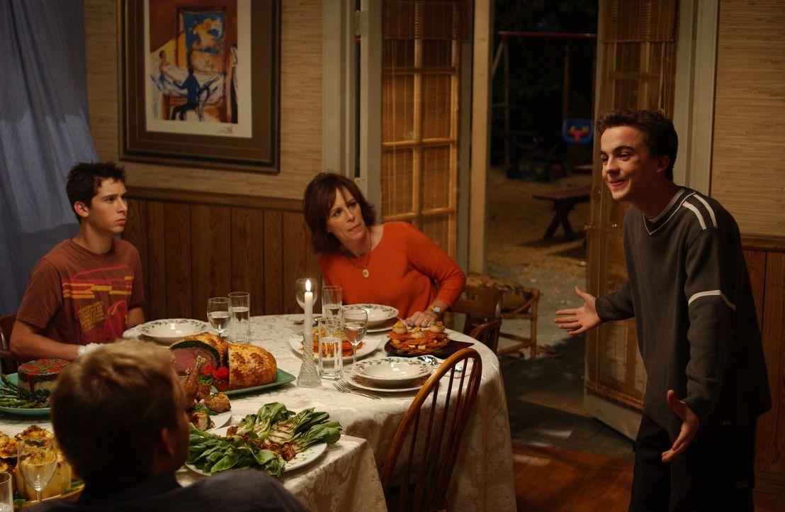 Lois (Jane Kaczmarek, M.) und Reese (Justin Berfield, l.) sind entsetzt, als sie Malcolm (Frankie Muniz, r.) völlig betrunken sehen ... - Bildquelle: TM +   2000 Twentieth Century Fox Film Corporation. All Rights Reserved.
