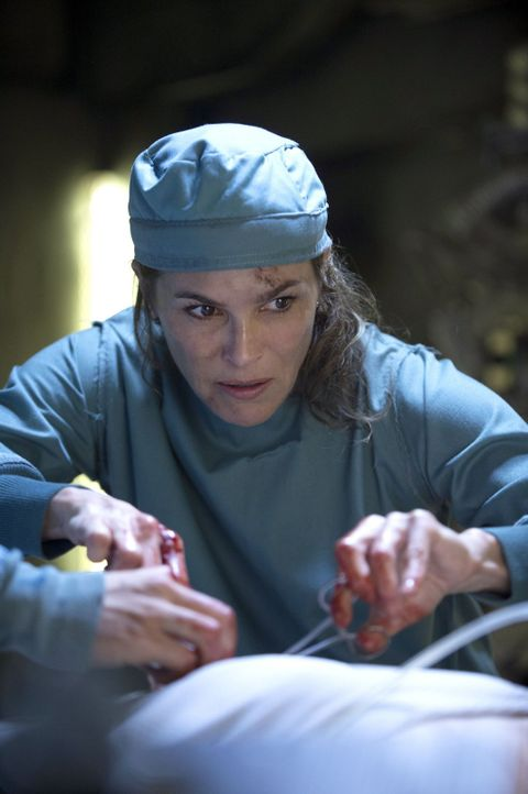 Obwohl die Überlebenschancen für alle gering sind, will Abigail (Paige Turco) keinen ihrer Patienten aufgeben ... - Bildquelle: Warner Brothers