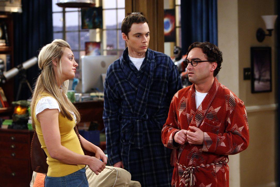 Als Penny (Kaley Cuoco, l.) am nächsten Morgen in Sheldons (Jim Parsosns, M.) und Leonards (Johnny Galecki, r.) Wohnung kommt, erkennt sie sofort,... - Bildquelle: Warner Bros. Television