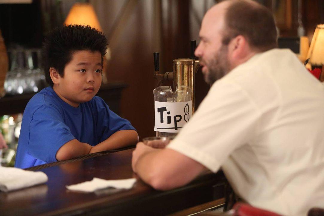 Fängt an, im Restaurant von seinem Vater zu arbeiten, um sich Geld für ein neues Videospiel zu verdienen: Eddie (Hudson Yang, l.) ... - Bildquelle: 2015 American Broadcasting Companies. All rights reserved.