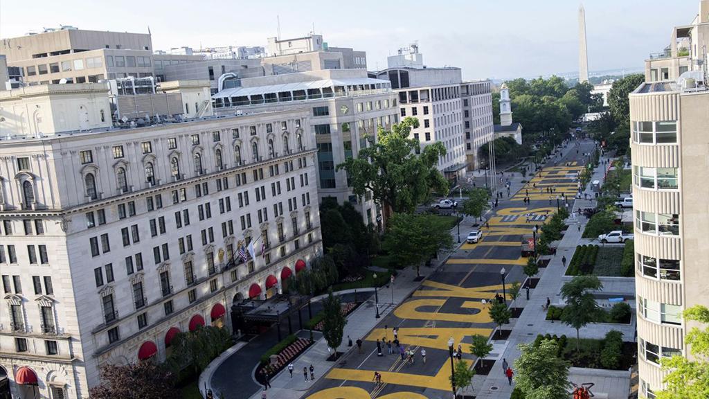 Überdimensionaler Schriftzug auf einer Straße in Washington D.C. - Bildquelle: picture alliance / AP Images