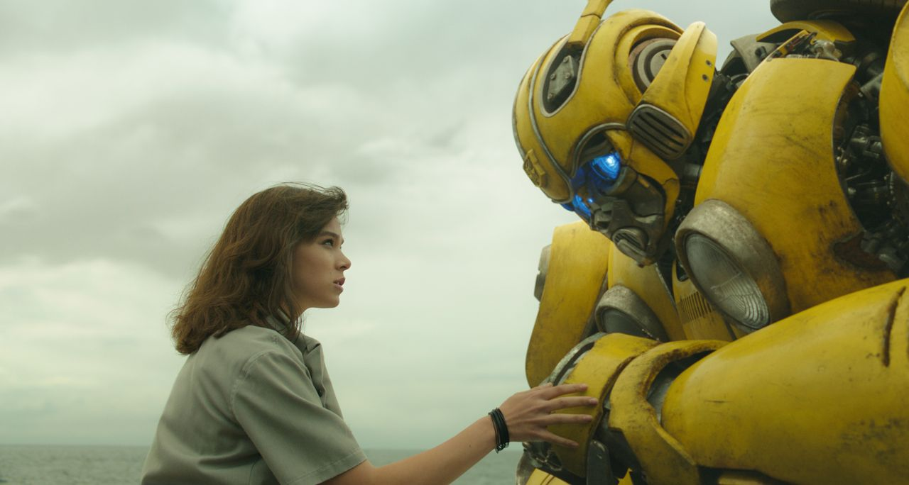 Charlie (Hailee Steinfeld, l.); Bumblebee (r.) - Bildquelle: 2018 Paramount Pictures. All Rights Reserved.