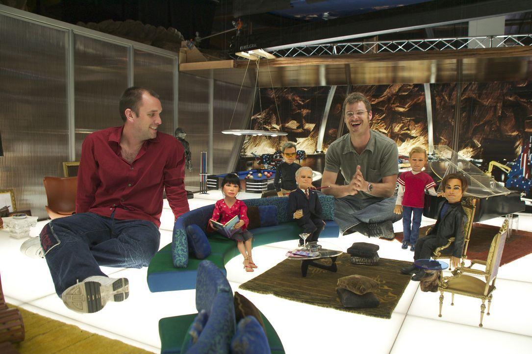 Trey Parker, l. und Matt Stone, r. mit ihren Team America Puppen ... - Bildquelle: Paramount Pictures