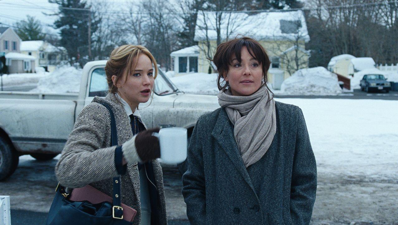Schon immer war Peggy (Elisabeth Röhm, r.) eifersüchtig auf ihre Halbschwester Joy (Jennifer Lawrence, l.). Leider tut das dem Geschäft mit dem Wisc... - Bildquelle: 2015 Twentieth Century Fox Film Corporation. All rights reserved.