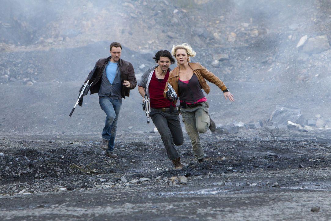 Das Ende der Zukunft? Abby (Hannah Spearritt, r.), Connor (Andrew Lee Potts, M.) und Matt (Ciaran McMenamin, l.) ... - Bildquelle: ITV Plc