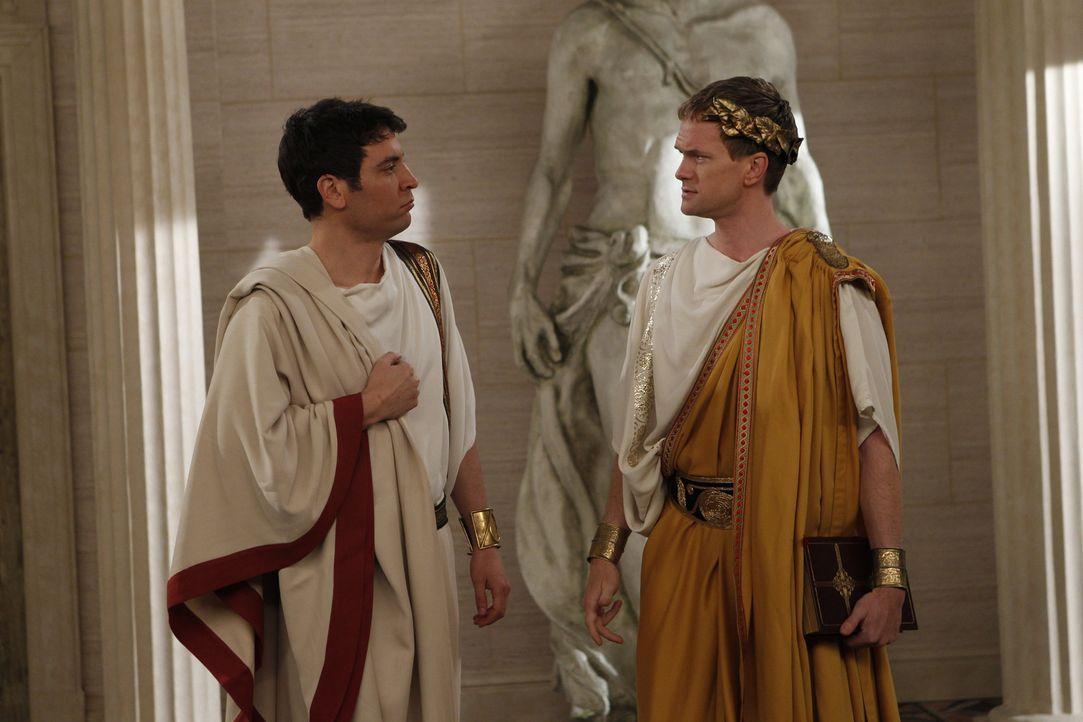 Der Bro-Eid geht bis zu Julius Caesar zurück: Barney (Neil Patrick Harris, r.) und Ted (Josh Radnor, l.) ... - Bildquelle: 20th Century Fox International Television