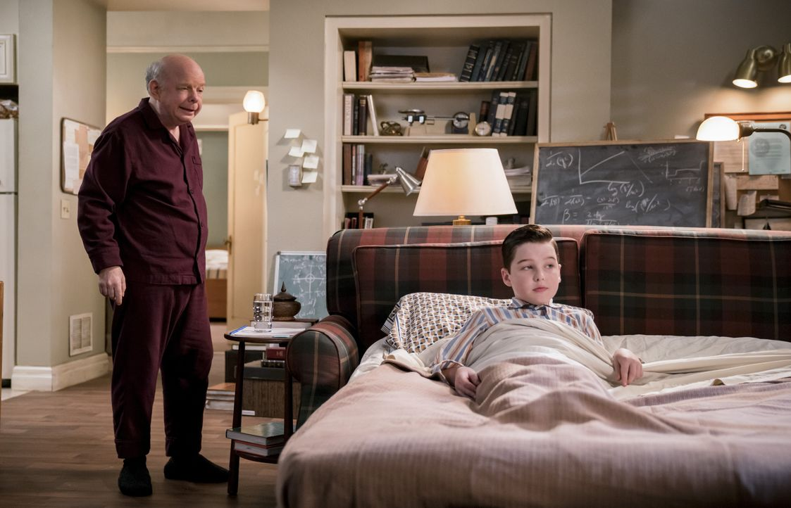 Dr. John Sturgis (Wallace Shawn, l.); Sheldon Cooper (Iain Armitage, r.) - Bildquelle: Michael Desmond 2018 WBEI. All rights reserved. / Michael Desmond