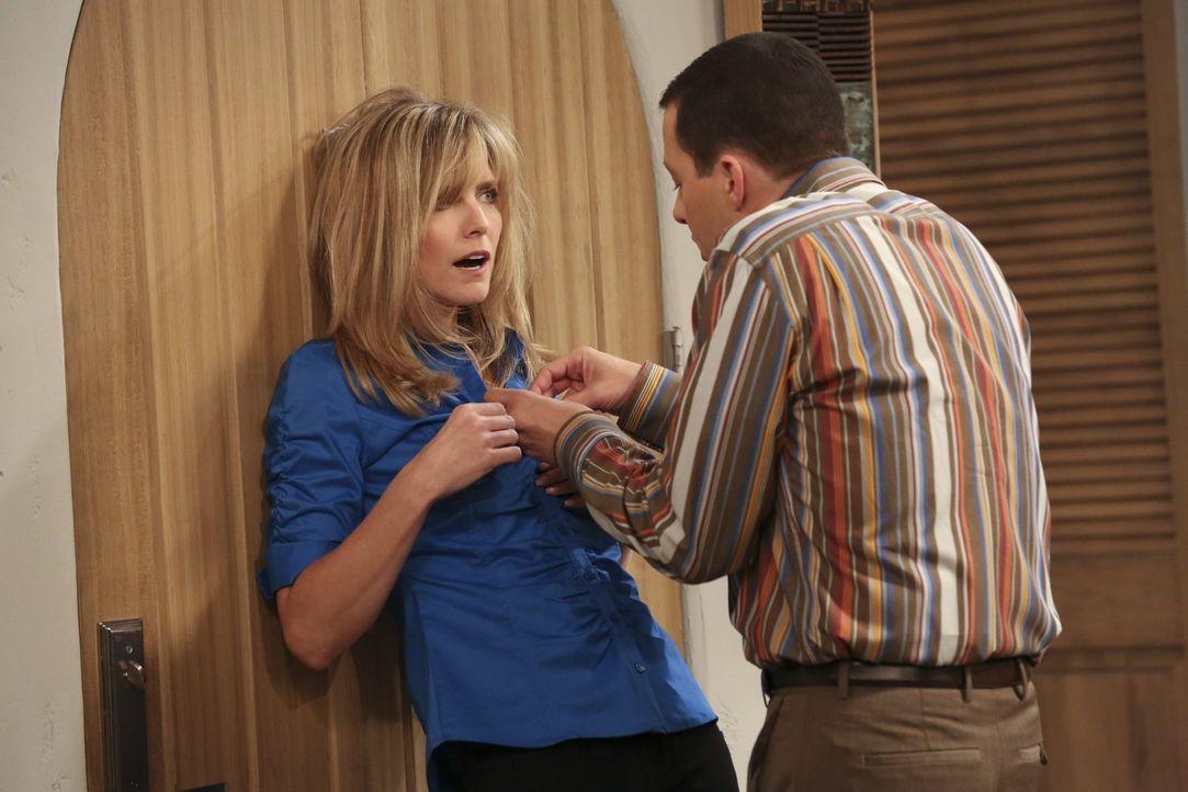 Durch das Auftauchen von Lyndsey (Courtney Thorne-Smith, l.) wird eine heiße Verabredung von Alan (Jon Cryer, r.) und Walden jäh unterbrochen ... - Bildquelle: Warner Bros. Television